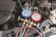 ¿Cómo recargar el aire acondicionado de mi coche?
